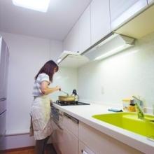新しいキッチンでお料理中のお施主様
