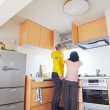 L型キッチンを壁寄りに配置することでも空間が広がります