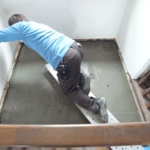 玄関吹き抜け床張り施工中(土間打ち)