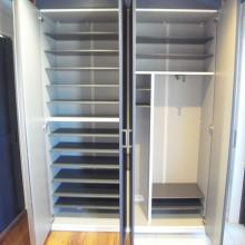 コート収納用にレール設置した広々玄関収納