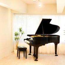 グランドピアノと白の調和
