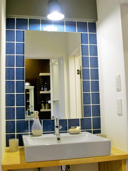 ブルーのタイルとライトグレーの洗面陶器、木目色(ナチュラル色)のコンビネーション!