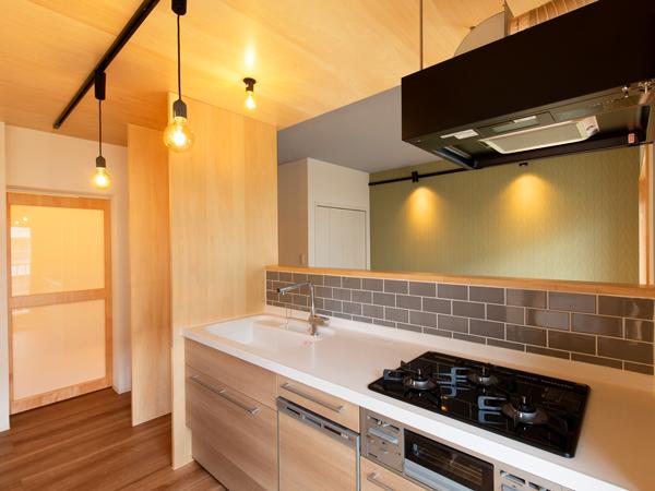シンプルなペンダント照明がアクセントのキッチン。
