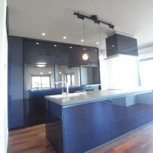キッチン背面収納脇にできたデッドスペースを 有効活用し、造作家具を設置